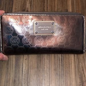 Michael Kors silver metallic zippy wallet EUC